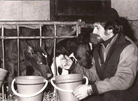 1980: Lars Aasen er fersk bonde og får oppslag i Retten med trillingkalvene Ene, Tone og Trine.