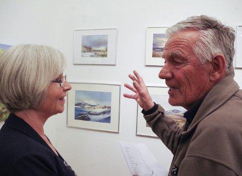 SAMTALE: Hilde Kvernmoen Tuveng, rendøl som har blitt tynseting, i samtale med øversjødølen Ola Nygaard over førstnevntes akvareller.