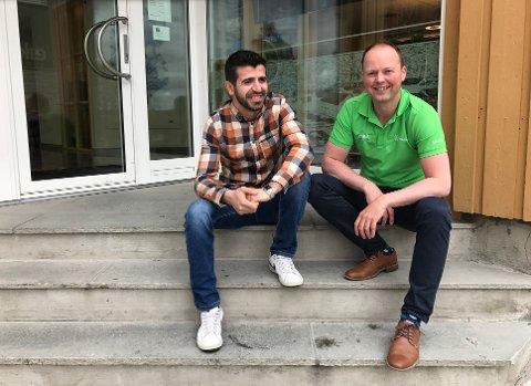 ØNSKER UNGE INN PÅ BOLIGMARKEDET: Yama Meskinyar og Kjetil Reinskou ser tilbake på uke med prisrekord på Røros, og mener det er et bra tegn. - Flott at Røros er et attraktivt sted.