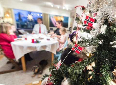 FÆRRE FOLK: I år kan det bli julefeiring helt uten besteforeldre, tanter og onkler. Og sjøl om koronatiltakene løses opp litt, vil det uansett ikke bli fritt fram for mange besøk og mye sosialt samvær.