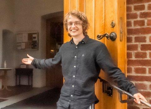 """Øystein Vikøren Espenes (22) søkte sommerjobb og ble blant de ansvarlige for at dørene på Ås kirke åpnes og lukkes under """"Åpen kirke""""-ordningen i juli."""