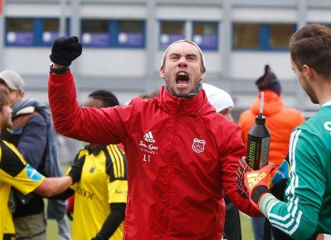 SIKKER: Bærum-trener Luke Torjussen kunne slippe jubelen løs etter lørdagens seier over Asker. Med tre poeng var det ikke lenger noen tvil om at de fortsetter i 2. divisjon neste sesong.