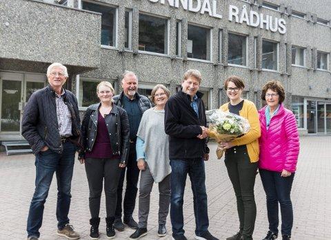 Valgvinnerne: Sunndal Senterparti med Nils Ulvund (f.v.), Gunn Marit Musgjerd, Endre Seljebø, Liv Berit Gikling, ordførerkandidat Jørgen Singsdal, Oddveig Gikling-Bjørnå og Marie Walseth.
