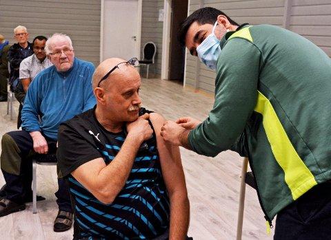 Stikket: Sellanrå medio mars, John Bjørn Fjeldset bretter opp så  Waheed Pasha får satt vaksinen.