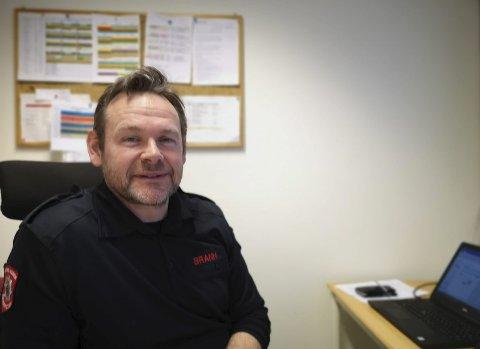 Minner om: Brannsjef i Østre Agder Brannvesen, avdeling Risør, Neil Blandford, ber folk være særlig aktsomme om de skal brenne hageavfall.Foto: HPB