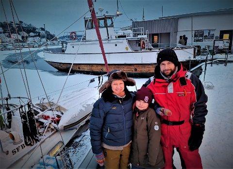 Mannskapet ombord på «Akerø» fikk hjelp fra «Øisang» for å komme seg ut fra indre havn. F.v. Hilde Søreng Amundsen, Alma Rushidov Amundsen og Kalle Vidrik. Yngstemann ombord (6 måneder) Einar Vidrik Amundsen oppholdt seg i vogna, og katten Fløte var under dekk.