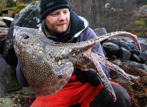 Her poserer artsfiskeentusiast Endre Hopland med ein piggskate - ein av totalt 89 ulike artar han har fiska i Norge.