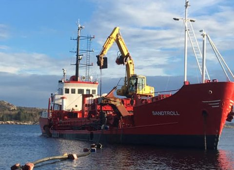 Det var MS «Sandtroll» som gjorde jobben med frakt og pumping utanfor havhotellet.