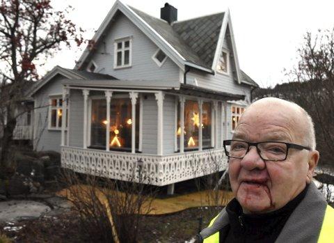Nærkontakt: Bjarne Nystad på Presteid er nok den hamarøyværingen som har hatt mest nærkontakt med elg den senere tiden. Han ble nylig løpt ned av en elgku. Foto: Øyvind A. Olsen