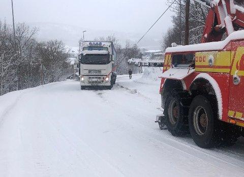 Byr på problemer: Vinterføre og snøfall har bydd på store utfordringer for flere vogntogsjåfører i Salten. Senest mandag ble to vogntog stående fast på E6 ved Finneid på Fauske. Det førte til lang kø i begge retninger.