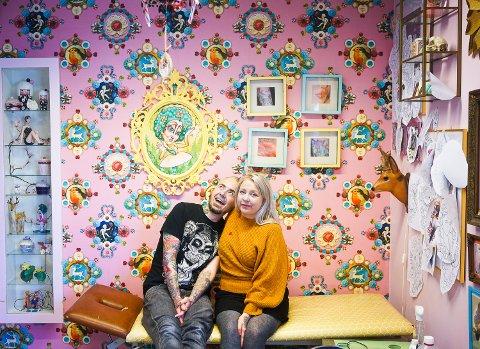 Freddy og Mari stortrives i sine fargerike lokaler i Rønvik.