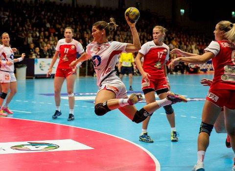 Tertnes-spiller Stine Skogrand i aksjon med det norske flagget på brystet. Her i kamp mot Hviterussland.