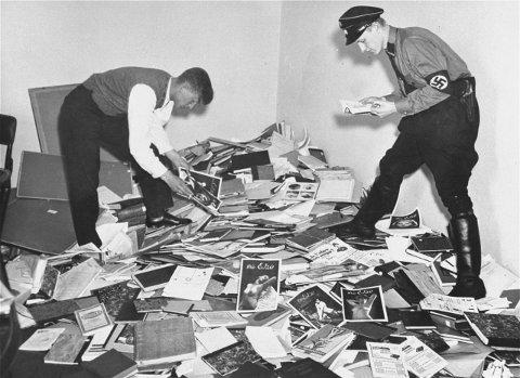 Tysk elev og en Nazi SA-soldat leser gjennom deler av biblioteket og gjør klart for oppbrenning