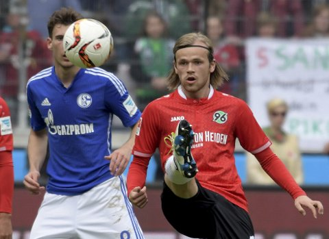 Hannover's Iver Fossum, right, and Schalke's Leon Goretzka challenge for the ball during the German first division Bundesliga soccer match between Hannover 96 and FC Schalke 04 at the HDI arena in Hannover, Germany, Saturday, April 30, 2016. (Peter Steffen/dpa via AP)
