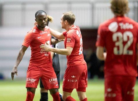 Gilbert Koomson gratuleres av Kristoffer Løkberg etter scioring. Ghaneseren hadde begge Branns mål mot Nest på fredag.