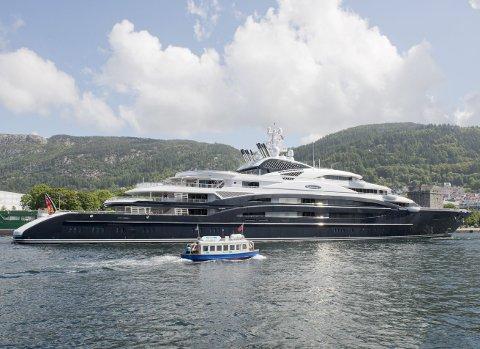 Hittil i år har det vært hundre superyacht-anløp i Bergen Havn. Bergen tjener gode penger på milliardærbåtene, men bare hvis de velger å ankre opp i Vågen, slik russiske «Serene» gjorde sommeren 2014. FOTO: MAGNE TURØY