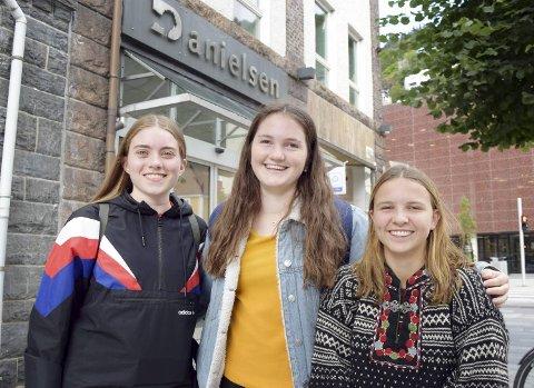 Julie Børø (18, f.v.) fra Fana, Amanda Ekren (17) fra Sotra og Lydia Sylta (17) fra Ytrebygda er opptatte av fremtiden til Den norske kirke.