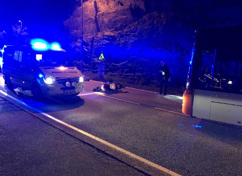 Motorsyklisten ble funnet i veibanen av en bussjåfør.