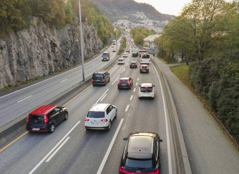 Politiet lå bak mannen (44) på kjøreturen fra Vågsbotn til Danmaks plass. Det ble en dyr affære.