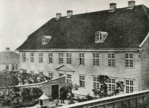 Bergens Mentale Sygehus åpnet i 1833 og var i en forstand Norges første egentlige sinnssykeasyl. Det ble bygget i bakhagen til det gamle sykehuset på Engen, altså i området ned mot Nøstet. Det ble erstattet av Neevengaarden i 1891.