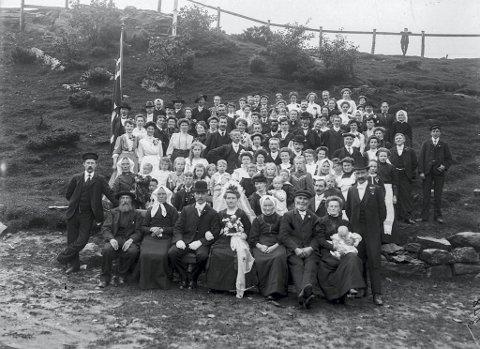 Et typisk arbeiderbryllup rundt 1900, her i Ytre Arna fra 1909. Brudeparet het Mikal Kolstad og Magdalena Tunes. Det uvanlige innslaget for tiden er den mørkhudete mannen litt over midten av bildet, som høyst sannsynlig er August Richardson.