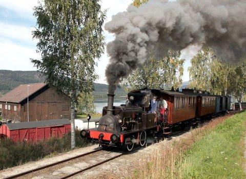 TØFFE TØFF: Damptoget kjører ut fra Krøderen stasjon. I år kommer det seg helt til Snarum.