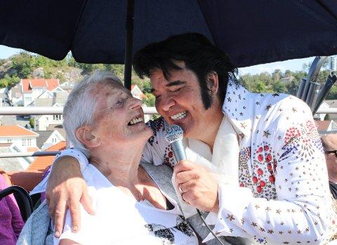 FAN: Amalie Johansen (90) er stor fan av Kjell Elvis. Ho fekk mykje merksemd då artisten heldt konsert på takterrasen på Lundeåne bo- og servicesenter.