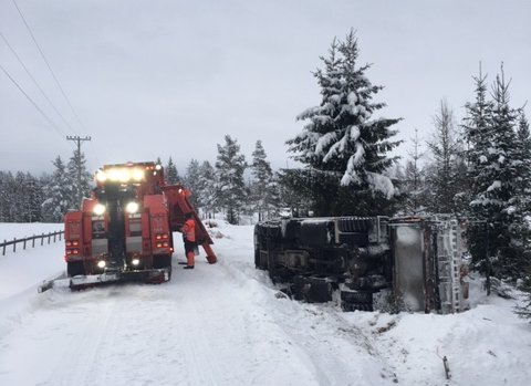 REDDER DET MESTE: Auto Assistance har mye å gjøre om dagen. Her er det en lastebil som har veltet.
