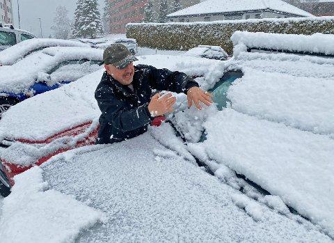 Arnvid Hansen fra Årbogen hadde lagt snøkosten i en annen bil. Det fikk han angre på mandag morgen.