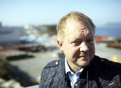 SKUFFA: - Eg er overraska , og på vegner av bystyret er eg skuffa, seier Bengt Solheim-Olsen. Regjeringa la i dag fram at dei ikkje støttar flyrutene til og frå Florø med ei einaste kroner frå og med neste år.