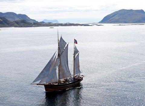 Galeasen Svanhild sett frå nord på veg inn Skorpefjorden. Alden rett over masta og Kinn til høgre. Foto: Dag Nesbø Frøyen