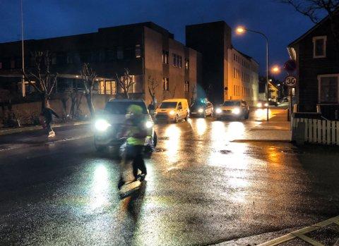 KAOS: Bilar og barn i eit farleg samansurium kvar morgon ved Florø barneskole.