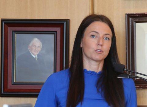 ORDFØRARKANDIDAT 2019: Elisabeth B. Hatlenes (H) legg fram info til kommunestyret i Bremanger.