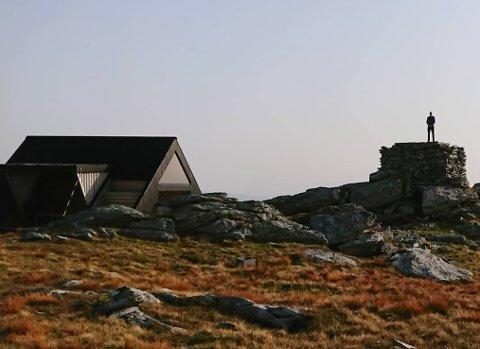 IKKJE AVLÅST: Vete-hytta var ikkje fysisk avlåst søndag under hjortejakta. Men det var skilta i stien opp til Veten at hytta ikkje var tilgjengeleg denne dagen, grunna hjortejakt.