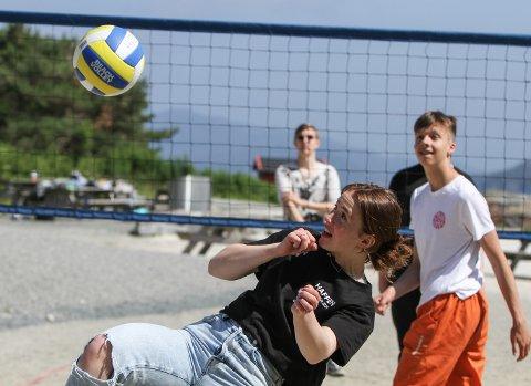 STRANDLIV: Sanne Sund Hauge (14) nyttar to veker av sommaren til ungdomsarbeid.