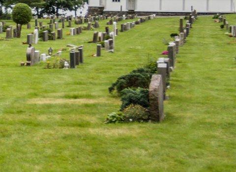 KOR LENGE? Det er spørsmålet politikarane i Askvoll stilte seg då dei denne veka skulle ta stilling til soknerådet sitt forslag om å auke prisane for å la eldre gravminne bli ståande.