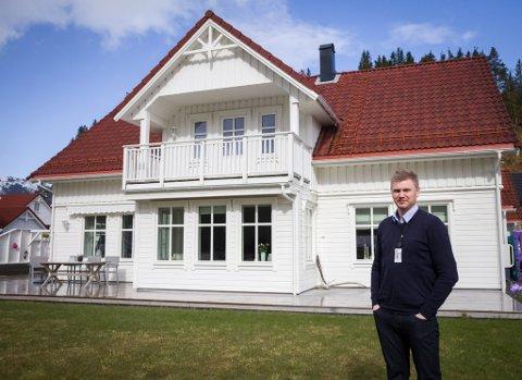 Pål Anders Kårstad framfor huset.