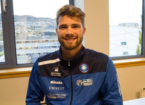 FØRDE VOLLEYBALLKLUBB: Anders Berntsen Mol har spelt for Førde volleyballklubb i haust. – Det har vore veldig kjekt å spele for Førde. Eg får sjå om eg slenger meg med neste år også, seier han.