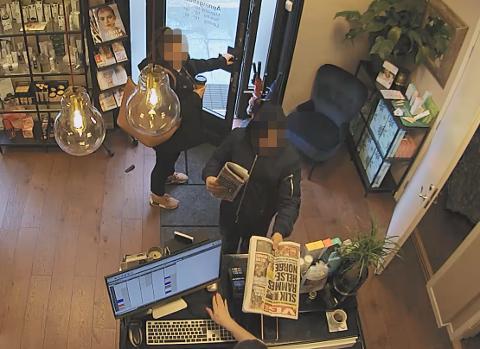 Her legg mannen avisa på disken. Telefonen til hudterapeuten ligg på disken.