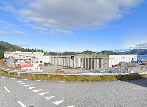 MÅTTE STENGE: Pelagia sin fiskeforedlingsfabrikk måtte stenge onsdag. 10 er sette i karantene og 19 personar er permitterte.
