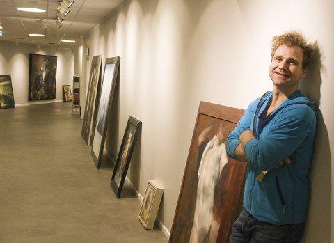 NOK JOBB: Tirsdag ettermiddag var ikke alle bildene hengt opp. Monteringen gikk fortløpende, med totalt 64 kunstverk.