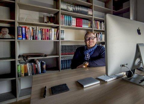 Rakk det ikke: Jan-Erik Fjell skriver jevnlig på sin femte kriminalroman, men innser at han ikke rekker å få den ut til høsten som opprinnelig planlagtfoto: erik hagen