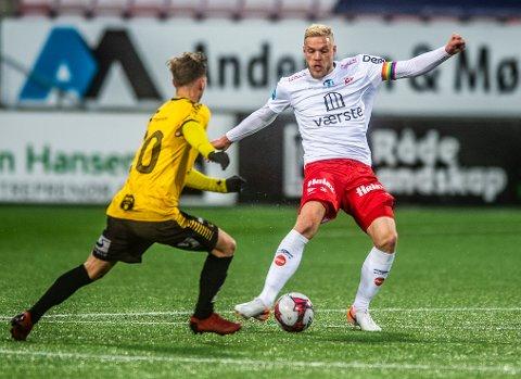 KAPTEIN: Mads Nielsen spilte med kapteinsbåndet stort sett hele sesongen. Nå blir han to nye år i Fredrikstad.