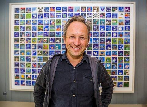 Fullt opp: Han har hengt opp ni kvadratmeter med snurrealistiske bilder på den ene veggen. Men du finner 364 bilder totalt i galleriet til Lars Ole Klavestad.