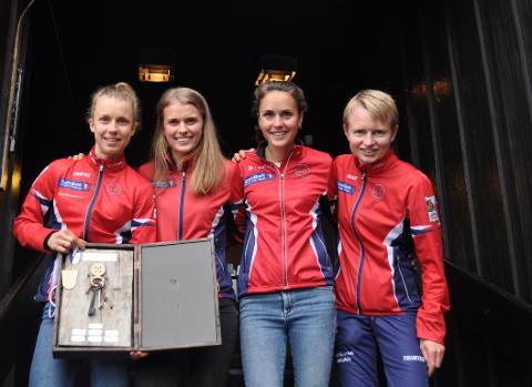 Minne for livet: - Å løpe inn til seier i Jukola er noe jeg aldri kommer til å glemme, sa Kamilla Olaussen (til venstre). Og fikk støtte av søsteren Marie, Marianne Riddervold Kahrs og Marianne Andersen