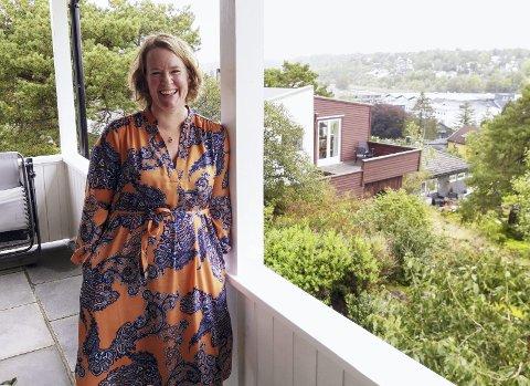 Trineline Joramo-Hustvedt liker seg på husets veranda, der dette intervjuet ble foretatt.