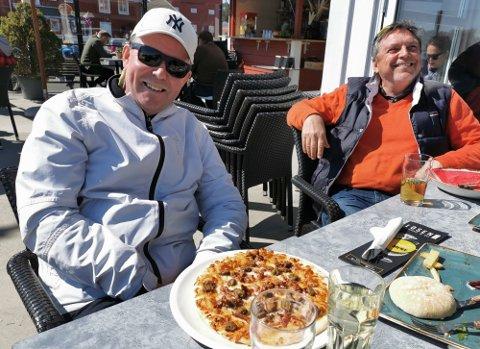 Hans (t. v.) og kameratene var blant de mange som fornøyd kunne nyte en utepils på Hvaler i helgen. Slik er det fortsatt ikke i Fredrikstad.