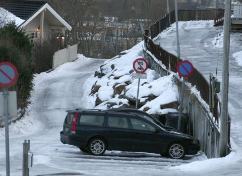 I snart ti år har det sett sånn ut i Harhausveien på Ankenes. Nå kan det komme pålegg om at beboerne skal reparere den nedraste muren. Men det kan likevel drøye.