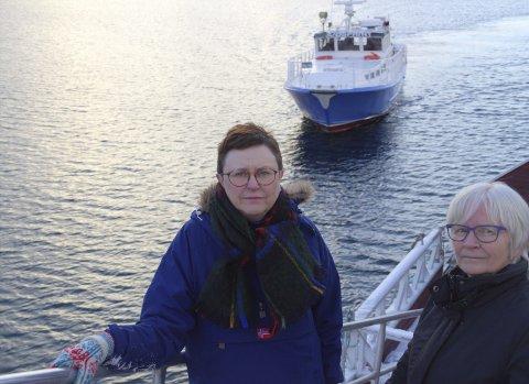 MISFORNØYD: Hilde Nyheim (Kjeldebotn Bygdeutvikling) og Wanja Dahl er misfornøyd med Nordland fylkeskommunes forslag om å legge ned hurtigbåtruta mellom Kjeldebotn og Evenes. I tre uker fremover vil de gjennomføre en egen brukerundersøkelse blant de reisende, som en del av høringssvaret som skal gå til fylkeskommunen. Foto: Ann Kvanmo