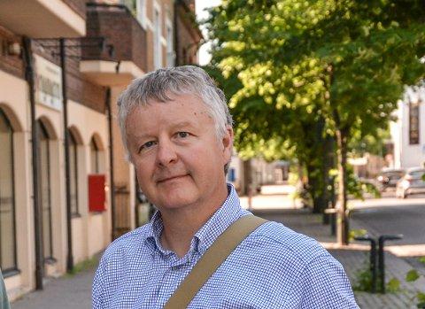 FØLGER MED: Ordfører Are Karlsen (Ap) er selv aktiv på Facebook. Han fikk med seg det verbale basketaket i helgen om hvem som kan lastes for at gress og ugress vokser godt på kirkegårdene i Horten.